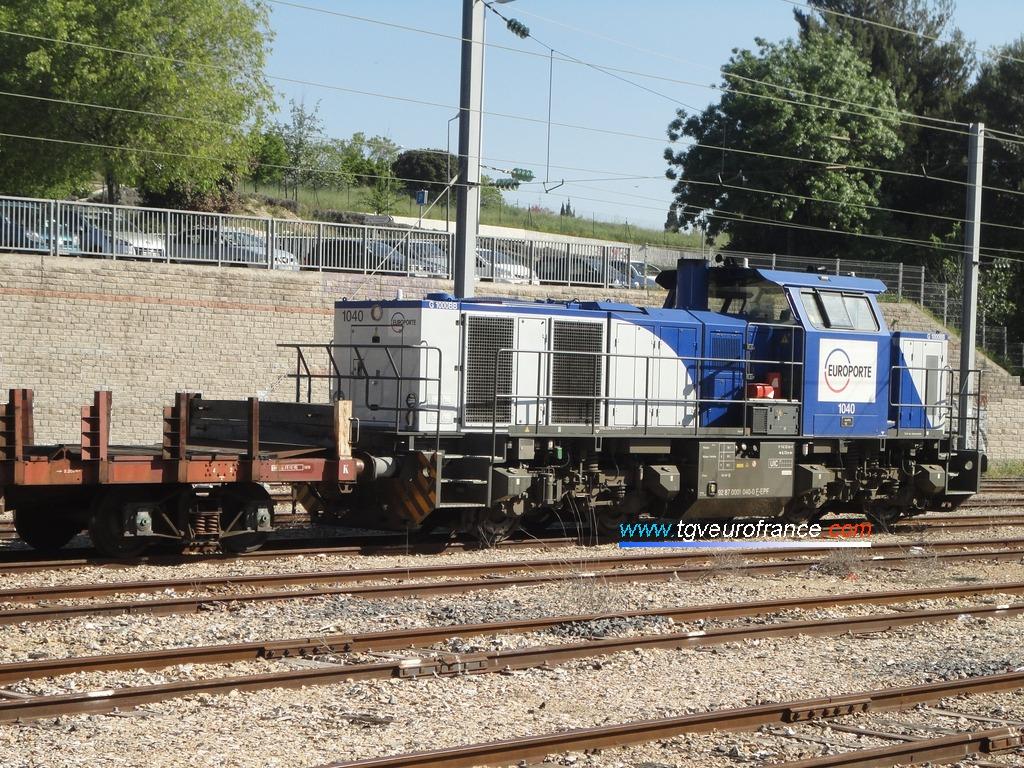 Une locomotive thermique Vossloh G1000BB d'Europorte avec des wagons de transport de LRS de SNCF Réseau