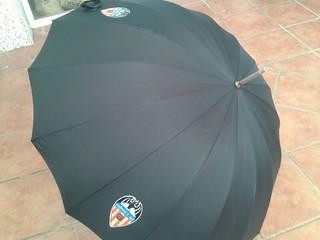 Paraguas del equipo del Valencia.