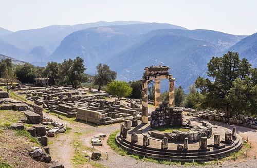 grecia greece delphi delfos parnassus parnaso monte mountain montañas range athenea atenea pronaia temple tholos circular sanctuary santuario