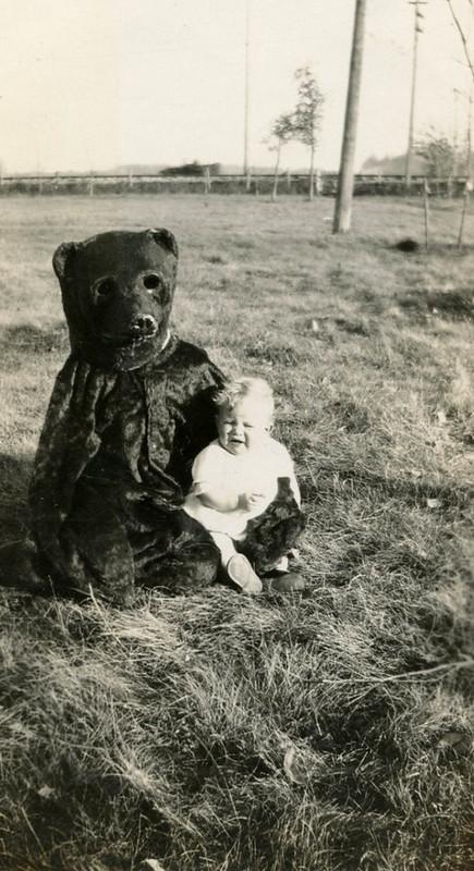 Bear terrifies small child