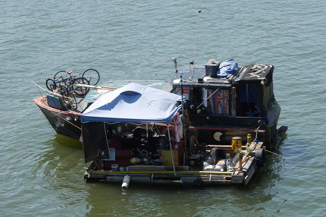 金, 2015-07-17 11:36 - 川に浮かぶ船兼住居