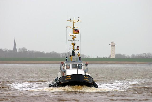 Bremerhaven: Lotsenboot KAPITÄN STOEWAHSE auf der Weser vor Geestemünde