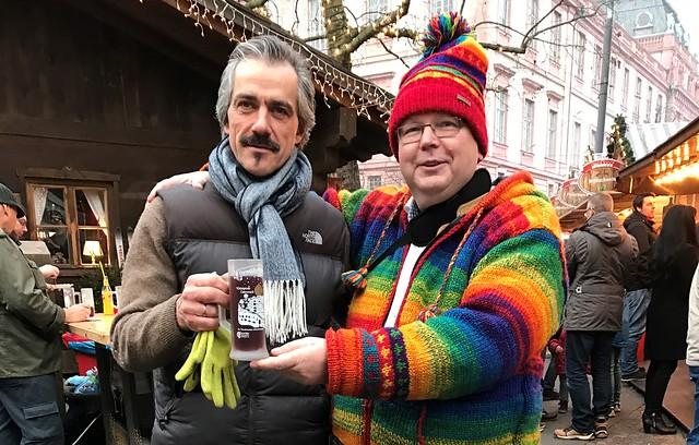 Weihnachts-Stadl mit Chef Bernd Salm - in Darmstadt neben dem Weißen Turm, mit einem Glas Glühwein am Tiroler Abend mit Musik.