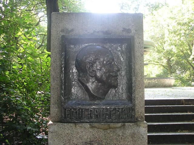 1930 Berlin Emil Rathenau (1838-1915) Porträtrelief von Georg Kolbe im Volkspark Rehberge Carl-Leid-Weg im Volkspark Rehberge Dohnagestell in 13351 Wedding