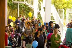 En la imagen se puede ver a los padres y madres esperando a que los niños y niñas salgan del colegio.