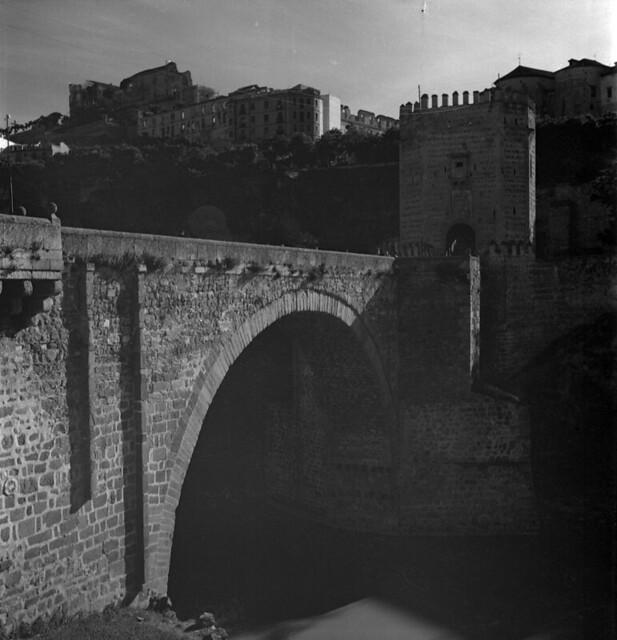 Puente de Alcántara en Toledo en los años 50. Fotografía de Nicolás Muller  © Archivo Regional de la Comunidad de Madrid, fondo fotográfico