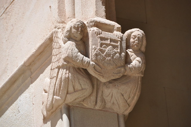 Montserrat, claustre gòtic, de Jaume Alfonso de Baena i Pere Bacet o Basset. 1476, reconstruït el 1955. Mènsula amb l'escut de Montserrat