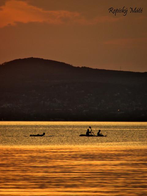 Oarsmen of the golden lake / Az arany tó evezősei