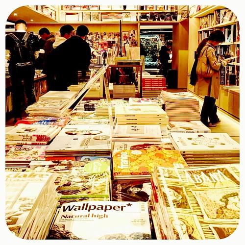 GINZASIXの蔦屋書店はアートブックの品揃えがスゴイ!ヴィンテージコーナーにわたしも持ってたウォルター・ヴァン・ベイレンドンクの本があって(この本がヴィンテージかどうかはともかく)13000円位の値段がついてた。この本、つい最近処分した気がして((((;゚Д゚)))))))愕然としてる…。誰かうちの本棚にあるか確認して。。   by naomico2pc