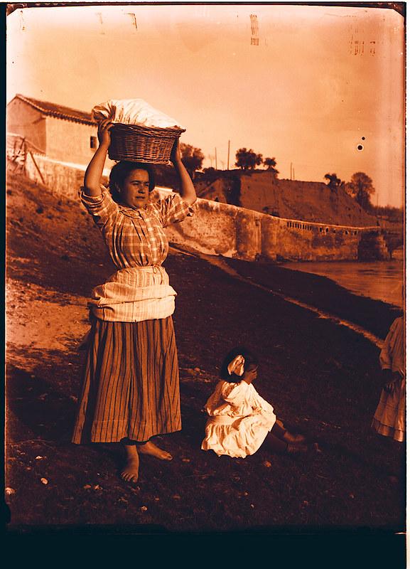 Madre e hija en el río Chico junto al Cigarral de Buenavista cerca de Valparaíso hacia 1910. Fotografía de Pedro Román Martínez (c) JCCM, AHP, Fondo Rodríguez. Signatura R-131-2-06