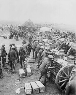 Canadian troops loading ammunition, May 1917 / Troupes canadiennes chargeant des munitions, mai 1917