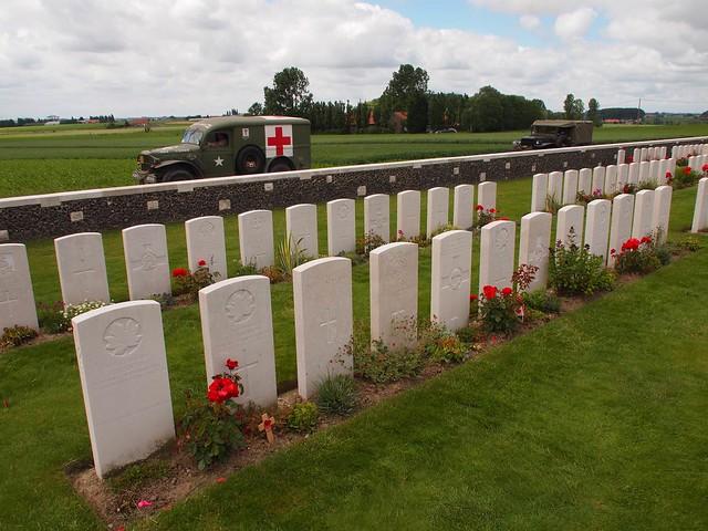 Enactment vehicle passing Tyne Cot World War I Memorial Cemetery (Passendale, België 2014)