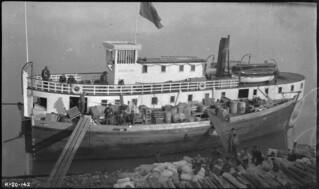 SS Northland Trader, Fort Good Hope, Northwest Territories / Navire à vapeur Northland Trader, Fort Good Hope (Territoires du Nord-Ouest)
