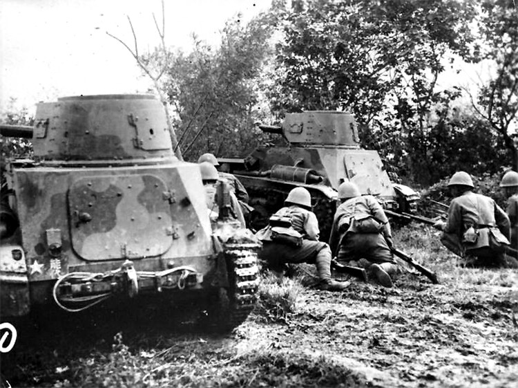 Japanese infantrymen and two Type 94s