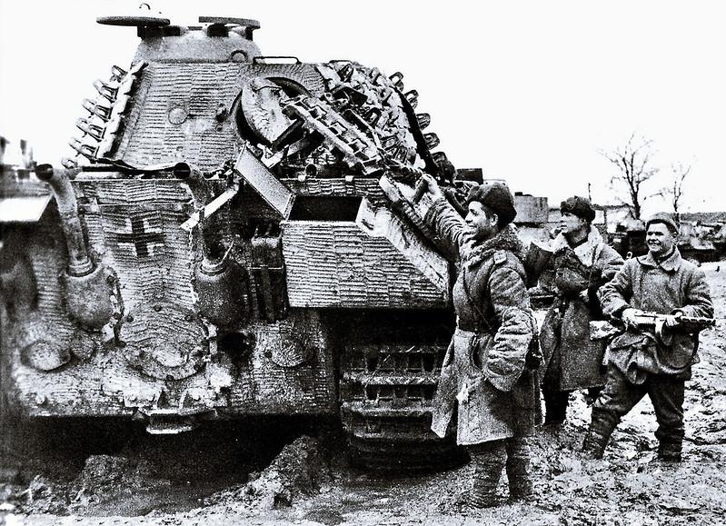Съветските войски празнуват развалина тежък танк Пантера