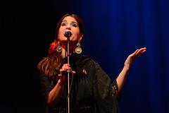 En la imagen se puede ver a la mujer del grupo cantando  Fotografía cedida por el fotógrafo local Óscar Blanco Gutiérrez