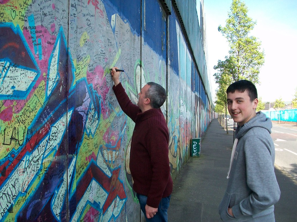 Signing the peace wall, Cupar Way, Shankill, West Belfast | Flickr
