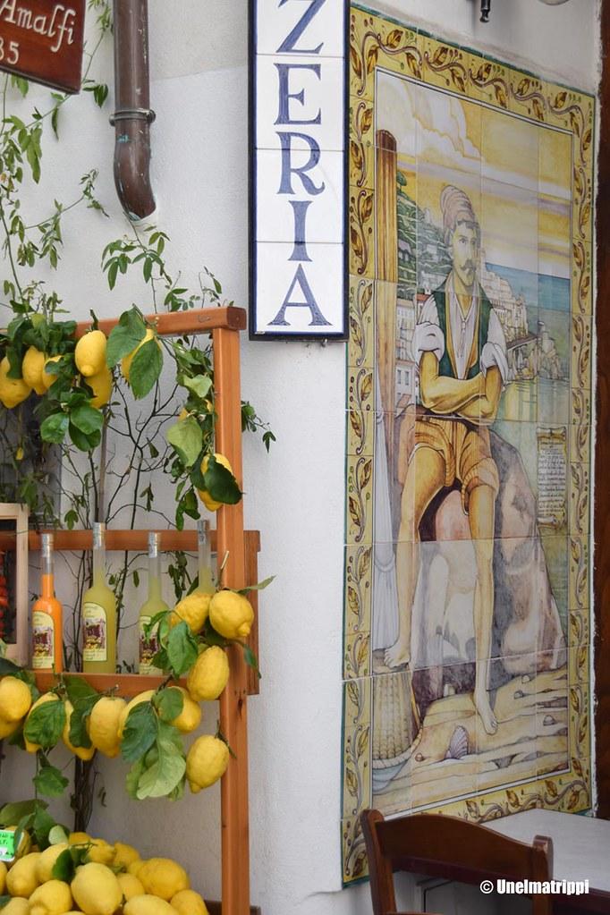Sitruunoita ja limoncelloa myynnissä Amalfin rannikolla