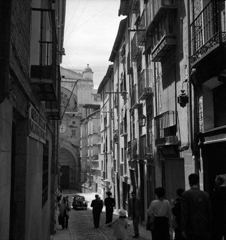 Calle de la Feria o Chapinería en Toledo en los años 50. Fotografía de Nicolás Muller  © Archivo Regional de la Comunidad de Madrid, fondo fotográfico