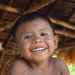 Una de las mejores satisfacciones cuando viajamos a lugares donde habitan nuestros hermanos indígenas es la alegría que sienten los niños al vernos, no paran de reírse y les gusta que les tomemos fotos, aquí un niño que nos hizo reír a morir con su sonris