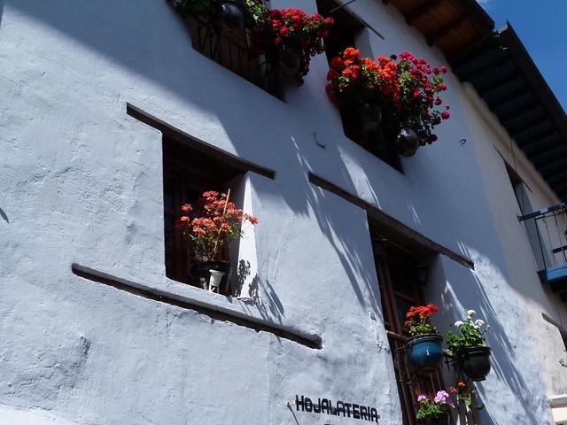 Fachada colonial en la calle de la Ronda (Quito, Ecuador)