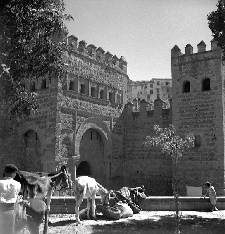 Mercado de ganado junto a la Puerta Vieja de Bisagra en Toledo en los años 50. Fotografía de Nicolás Muller  © Archivo Regional de la Comunidad de Madrid, fondo fotográfico