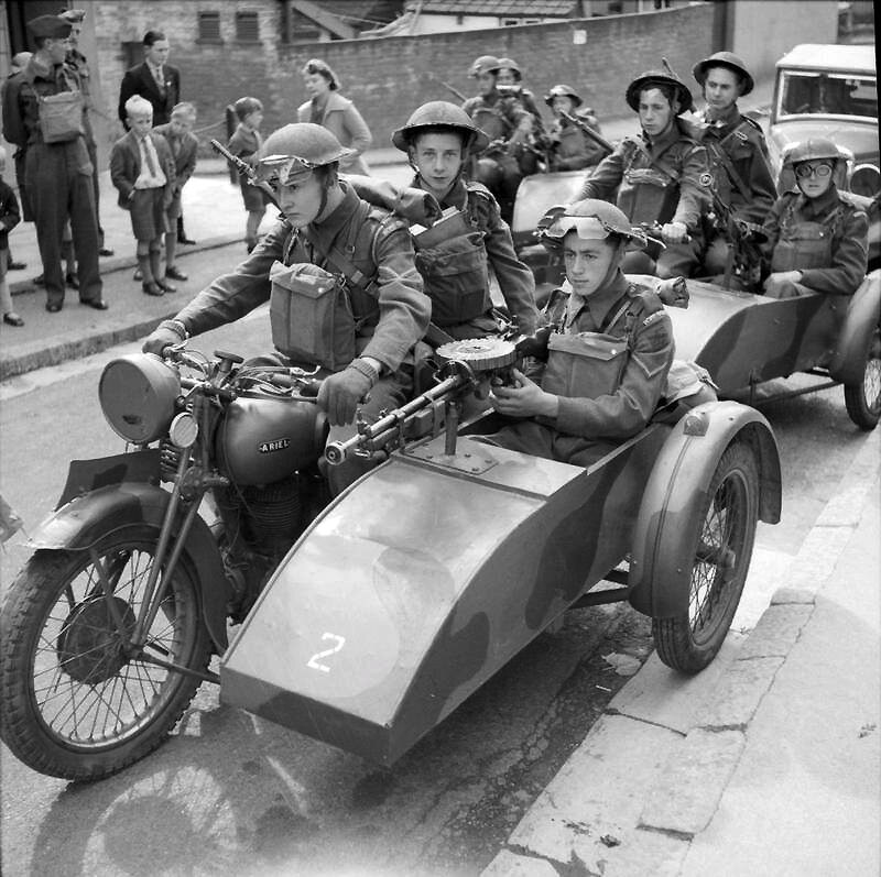 家庭警卫队士兵在摩托车上sideca
