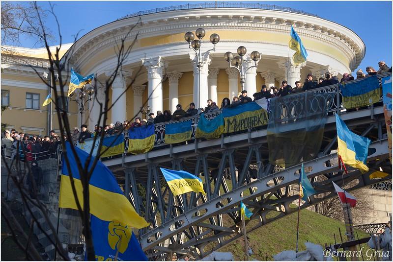 Pont passant par dessus la rue de l'Institut en face du Palais d'Octobre et surplombant une des barricades fermant le Maidan, Kiev, Ukraine - 22/12/2013 - photo Bernard Grua DR