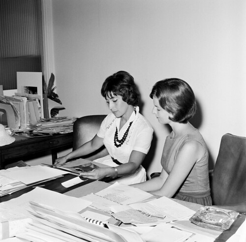 First Lady's Press Secretary, Pamela Turnure, with a Foreign Correspondent | by The U.S. National Archives