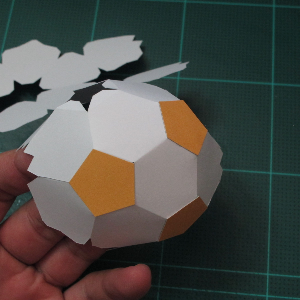 วิธีทำโมเดลกระดาษหมีบราวน์ชุดบอลโลก 2014 ทีมบราซิล (LINE Brown Bear in FIFA World Cup 2014 Brazil Jerseys Papercraft Model) 005