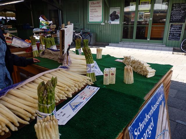 Asparagus, white & green, in the Viktualienmarkt