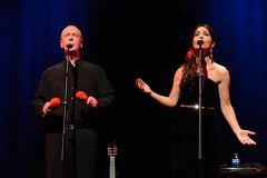 En la imagen se puede ver a dos miembros del grupo cantando  Fotografía cedida por el fotógrafo local Óscar Blanco Gutiérrez