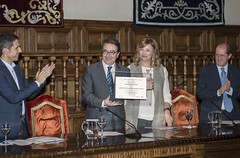 El rector Galván recibe el reconocimiento en nombre de su antecesor Álvaro de Ayala
