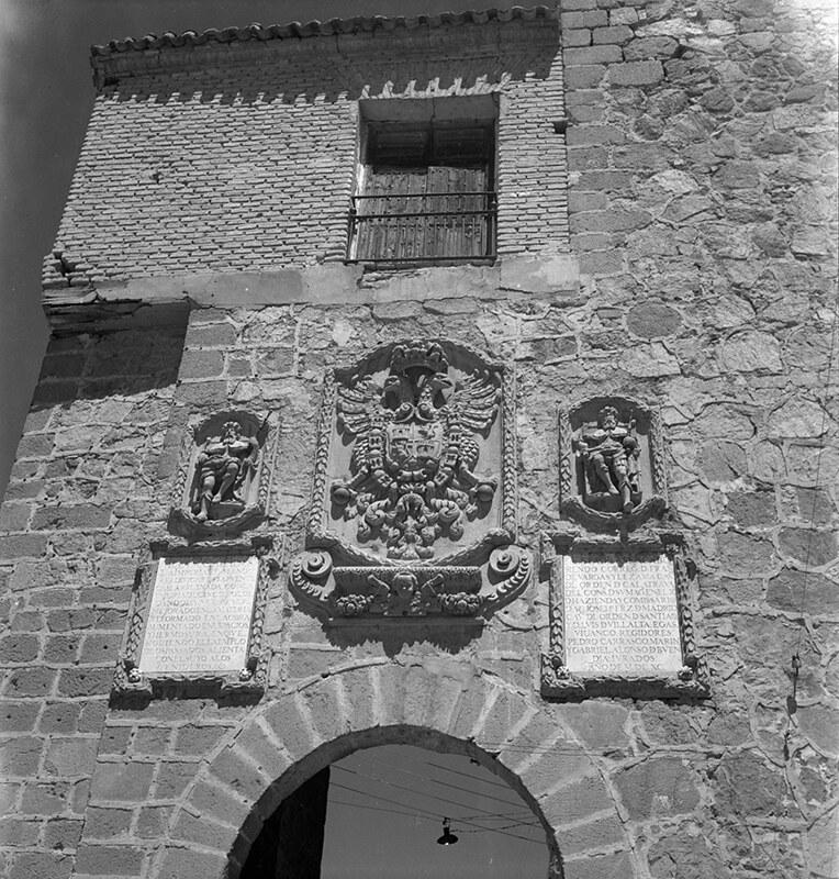 Escudo en el Puente de san Martín de Toledo en los años 50. Fotografía de Nicolás Muller  © Archivo Regional de la Comunidad de Madrid, fondo fotográfico