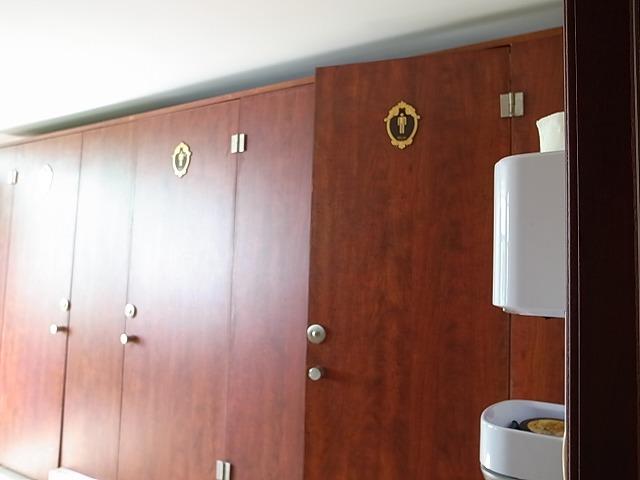 <p>d)トイレもきれい、個室ドアに男性マークと女性マークがしるしてあります。</p>