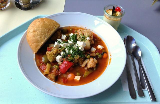 Griechischer Gemüsetopf mit Schafskäse & Oliven / Greek vegetable stew with feta & olives