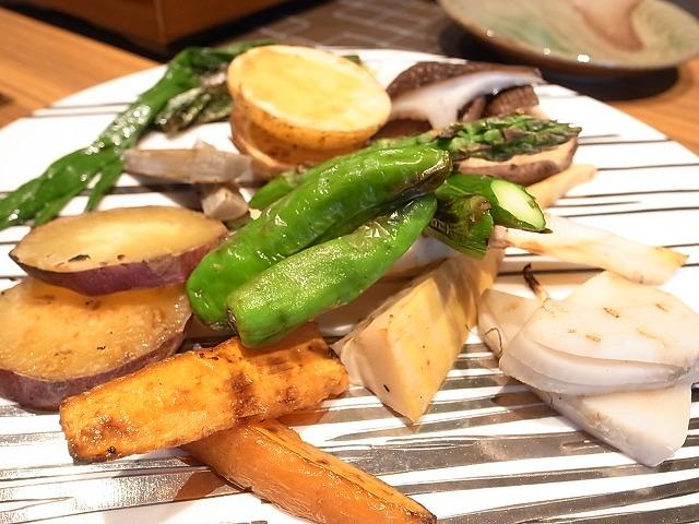 <p>e)季節の野菜の炭火焼</p>