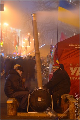 Activistes se chauffant sur la place de l'indépendance (Maidan Nezalezhnosti ) - 31/12/2013 - photo Bernard Grua DR