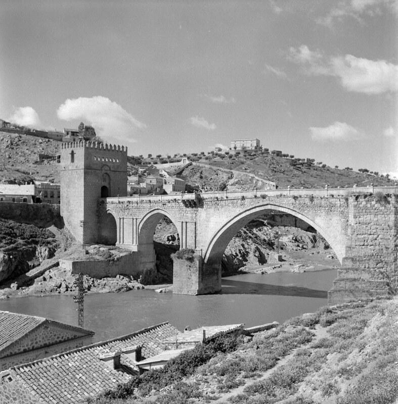 Puente de San Martín de Toledo en los años 50. Fotografía de Nicolás Muller  © Archivo Regional de la Comunidad de Madrid, fondo fotográfico