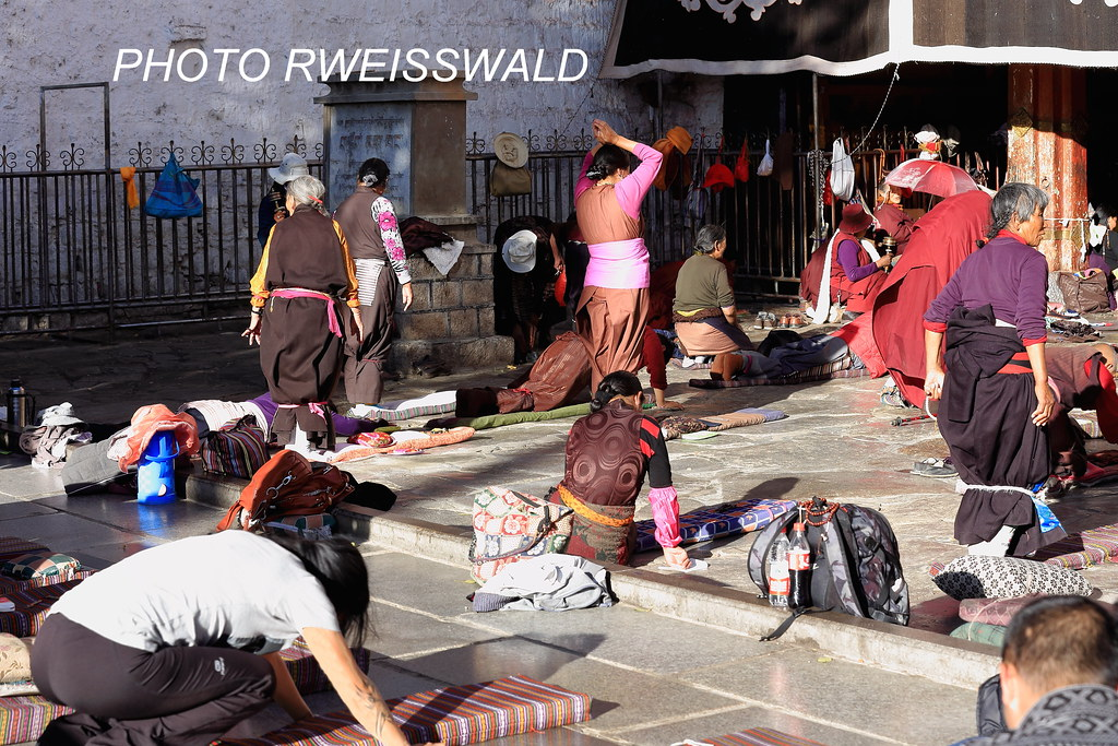 1317 TIBETAN BUDDHIST FAITHFULS AT PRAY AND POSTRATE IN BA… | Flickr
