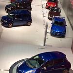 「日産80周年記念車」(手前)リーフ オーロラフレアブルーパール(奥)キューブ ブルー/マルーン/オレンジ