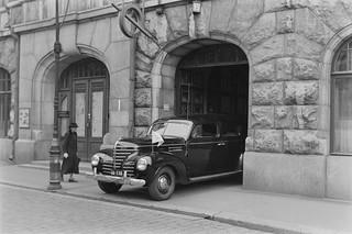 A car exits the Radio House gate on Fabianinkatu in Helsinki, 1930s.