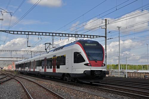 RABe 523 042 am 22.04.2014 beim Bahnhof Muttenz.   Markus ...