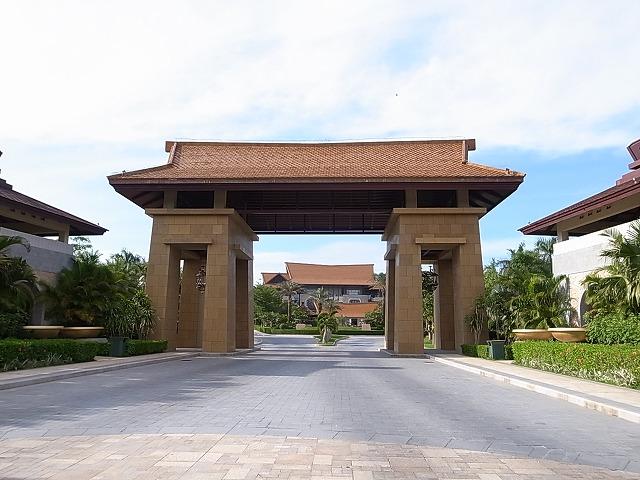 <p>立派な門です</p>