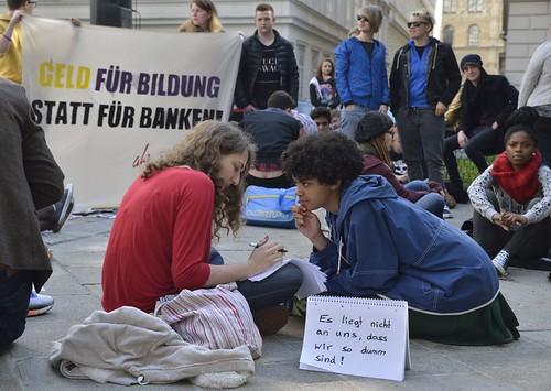 Schülerinnen Sitzstreik vor dem Bildungsministerium   by daniel-weber