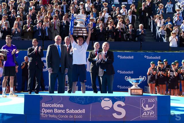 Kei Nishikori alzando el 62 Trofeo Barcelona Open Banc Sabadell