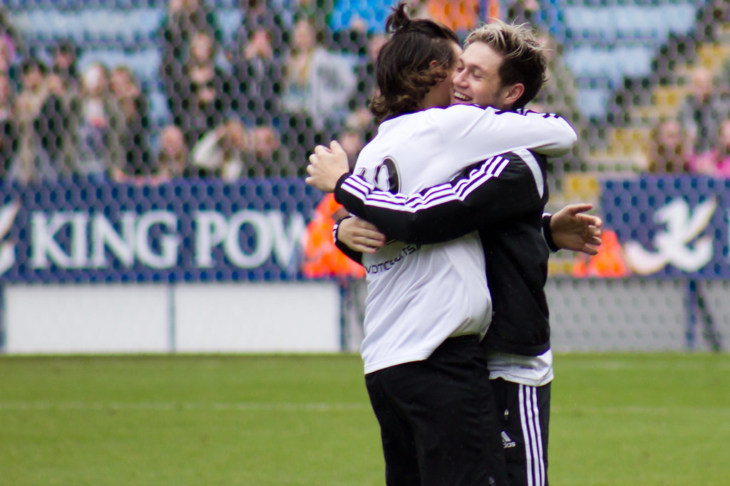 Harry Styles & Niall Horan hug   vagueonthehow   Flickr