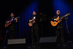 En la imagen se puede ver a tres miembros del grupo cantando y tocando la guitarra  Fotografía cedida por el fotógrafo local Óscar Blanco Gutiérrez