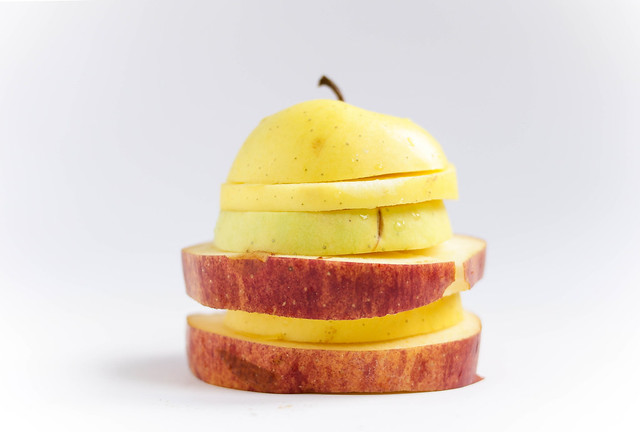 Apfelburger / Close up of a sliced apples
