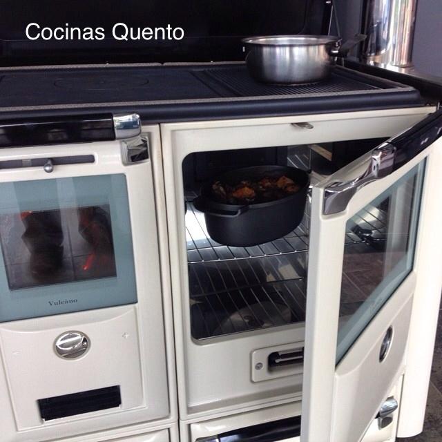 Cocina vulcano blanca, con horno en funcionamiento.